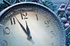 Klocka för nytt år som pudras med snö. Arkivfoton