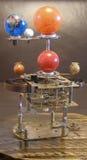 Klocka för Orrerysteampunkkonst med planeter av solsystemet royaltyfri bild