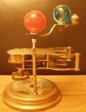Klocka för Orrerysteampunkkonst med planeter av solsystemet Arkivbild
