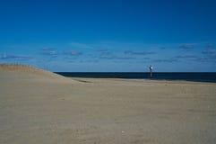 Klocka för strandvaktpostanseende Royaltyfria Bilder