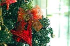 Klocka handtag på julgranen Arkivbilder