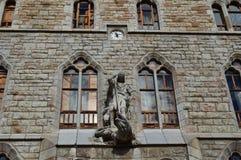 Klocka helgonGeorge And Dragon On The huvudsaklig fasad av husbytena Gaudi i Leon Arkitektur lopp, historia, gata Photog arkivbild