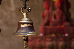 Klocka i den hinduiska templet arkivbilder
