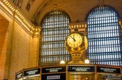 Klocka i folkhopen av den Grand Central terminalen Arkivfoto