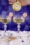 Klocka i hand, exponeringsglas med champagne och räkningen 50 euro Royaltyfria Foton