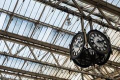 Klocka i järnvägsstationavvikelsekorridor Arkivfoton