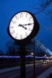 Klocka i natten Arkivfoto