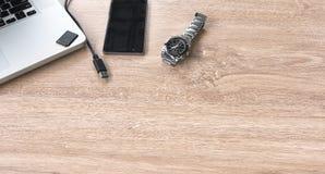 Klocka mobil bärbar dator på tabellen Royaltyfri Foto