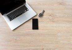 Klocka mobil bärbar dator på tabellen Arkivfoton