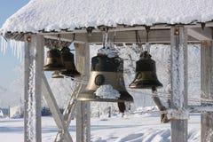 klocka nära snowtempelvinter Arkivfoto