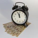 Klocka och kanadensare hundra dollarräkningar Royaltyfri Fotografi