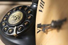Klocka och telefon Arkivfoto