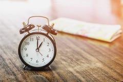 Klocka och tidning Arkivbild