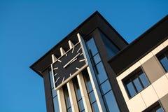 Klocka på byggnaden Royaltyfri Foto