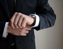 Klocka på den manliga handen Arkivfoton