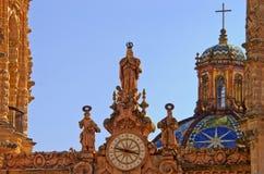 Klocka på den Santa Prisca kyrkan i Taxco, Mexico royaltyfri foto