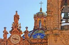 Klocka på den Santa Prisca kyrkan i Taxco, Mexico arkivfoto