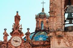 Klocka på den Santa Prisca kyrkan i Taxco, Mexico arkivfoton