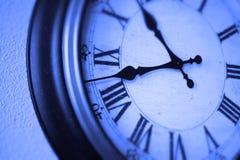 Klocka på den träffande Tid för vägg passagen av timmar Arkivbild