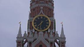 Klocka på det Spasskaya tornet på röd fyrkant under en dyster himmel på en grå molnig dag close upp lager videofilmer