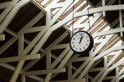 Klocka på en drevstation arkivbild