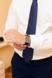 Klocka på en hand på mannen Royaltyfri Bild
