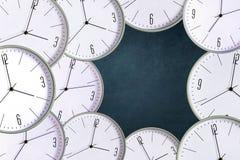 Klocka på en mörk bakgrund Begreppsbrist av tid ackumulatorer lateness royaltyfri foto