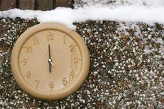 Klocka på en vägg i vintersäsongen Royaltyfri Fotografi
