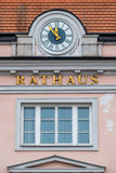 Klocka på fasaden Arkivfoto