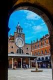 Klocka på fasaden av en kyrka royaltyfri foto