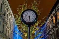 Klocka på gatan på natten Fotografering för Bildbyråer