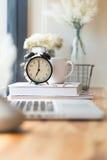 Klocka på kontorsskrivbordet Royaltyfri Foto