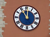 Klocka på stadsporten av Regensburg Royaltyfria Bilder