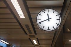 Klocka på tunnelbanastationen Royaltyfri Bild