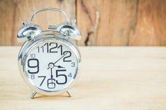 Klocka på wood bakgrund Royaltyfri Fotografi