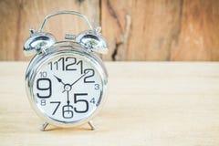 Klocka på wood bakgrund Arkivbild