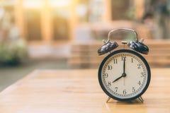 Klocka på wood tid på för `-klocka för nolla 8 morgonen Arkivbilder