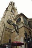Klocka på en typisk kyrka från London UK Royaltyfri Bild