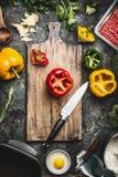 Klocka pepprar färgrik paprika matlagningförberedelsen Paprika på träskärbräda med kökkniven, köttfärs, ägget och säsong Arkivfoto