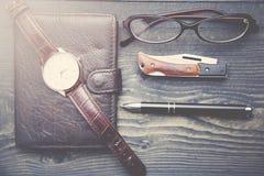 Klocka, plånbok, penna och exponeringsglas Royaltyfri Fotografi