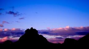 Klocka Rock av Sedona på den blåa solnedgången Arkivfoton