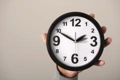 Klocka som är justerad bakåtriktat eller framåt Arkivfoto