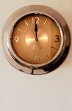 klocka som 12 indikerar väggen för o tolv Arkivbild