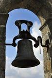 klocka som hänger det gammala tornet Royaltyfri Bild