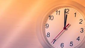 Klocka som tickar visning tolv timmar Arkivbilder
