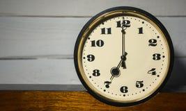 Klocka tappning klocka för retro, för nolla sju ` i morgonen och afton som är höger Royaltyfria Foton