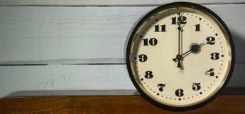 Klocka tappning klocka för retro, för nolla två ` i morgonen och afton Arkivfoton
