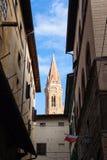 Klocka torn över den gamla gatan i den Florence staden Fotografering för Bildbyråer