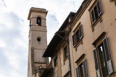 Klocka torn över gamla hus i Florence Royaltyfria Bilder