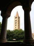 Klocka torn av abbotskloster av Pomposa historisk byggnad i Italien Royaltyfri Bild